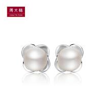 【周大福佳礼 可礼品卡购】 周大福清新花瓣925银珍珠耳钉定价 AQ32810